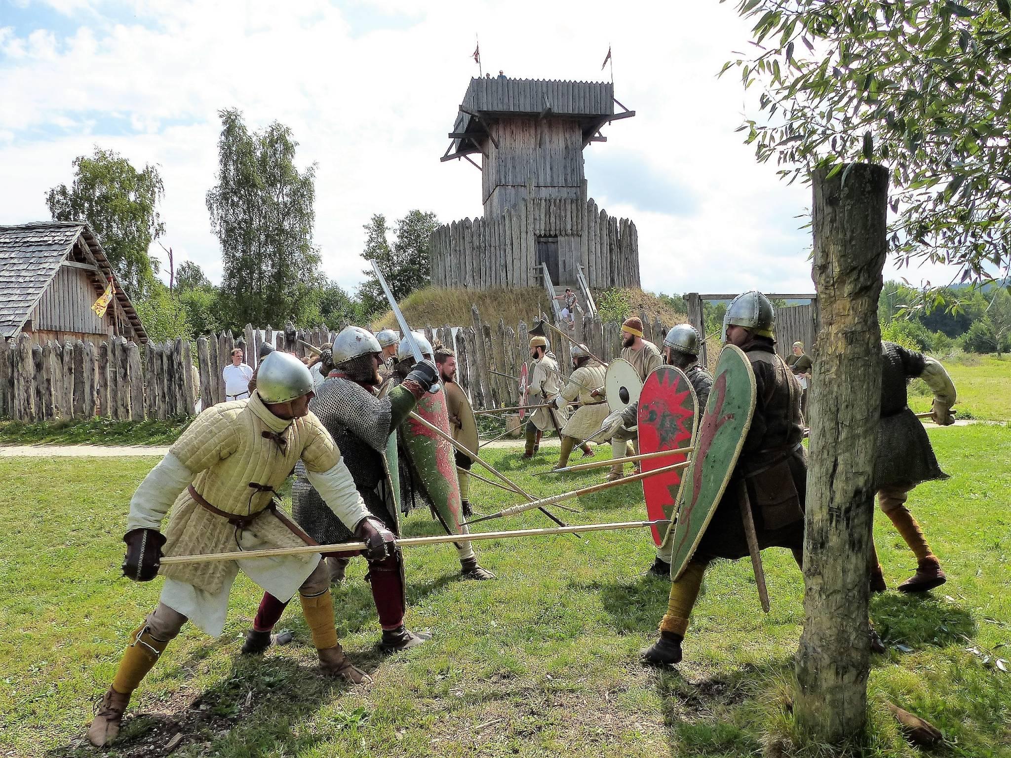 Kampfübungen beim Mittelalterlichen Militärmanöver